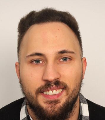 Ein zufriedener Patient nach der Haartransplantation bei Geheimratsecken mittels FUE-Technik von Moser Medical