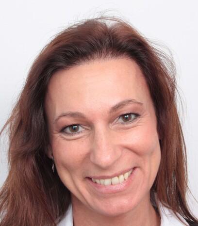 Eine zufriedene Patientin von Moser Medical nach ihrer Haartransplantation im Stirnbereich bei Frauen