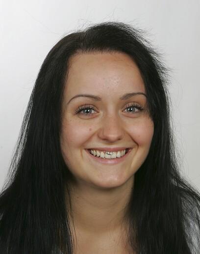Eine junge Patientin nach der Haartransplantation von Moser Medical nach einem Unfall