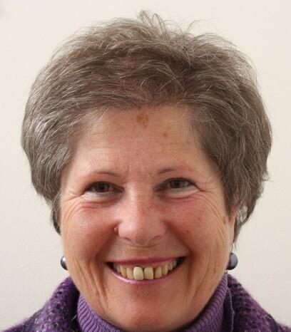 Eine Patientin von Moser Medical freut sich über das tolle Ergebnis ihrer Haartransplantation und das neue Lebensgefühl