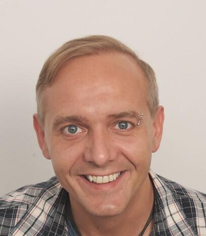 Ein Patient von Moser Medical nach der Haartransplantation von blondem Haar am Oberkopf