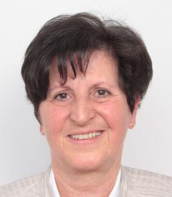 Eine Frau über 50 nach ihrer Haartransplantation am Haaransatz bei Moser Medical