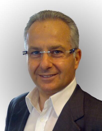 Ein selbstsicherer Mann nach der Haartransplantation von Moser Medical in Wien